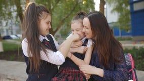 Ευτυχής μητέρα με το εξωτερικό κορών που έχει τη διασκέδαση και που γελά από κοινού απόθεμα βίντεο