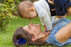 Ευτυχής μητέρα με το κοριτσάκι στοκ εικόνες