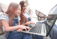 Ευτυχής μητέρα με το λατρευτό μικρό κορίτσι με το lap-top στοκ φωτογραφία με δικαίωμα ελεύθερης χρήσης