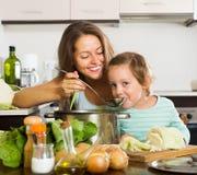Ευτυχής μητέρα με το μαγείρεμα κορών από κοινού Στοκ Εικόνες