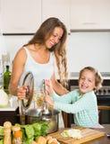Ευτυχής μητέρα με το μαγείρεμα κορών από κοινού Στοκ εικόνες με δικαίωμα ελεύθερης χρήσης