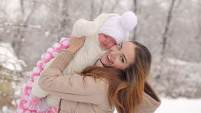 Ευτυχής μητέρα με το μωρό το χειμώνα φιλμ μικρού μήκους