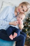 Ευτυχής μητέρα με το νέο γιο της στη Παραμονή Χριστουγέννων κοντά στο χριστουγεννιάτικο δέντρο στοκ φωτογραφίες με δικαίωμα ελεύθερης χρήσης