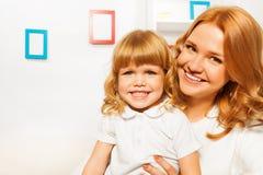 Ευτυχής μητέρα με το πορτρέτο κορών Στοκ φωτογραφία με δικαίωμα ελεύθερης χρήσης