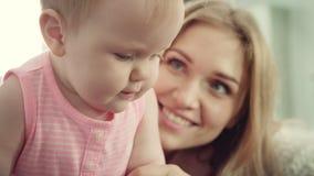 ευτυχής μητέρα μωρών Η χαμογελώντας γυναίκα αγκαλιάζει το παιδί της απόθεμα βίντεο
