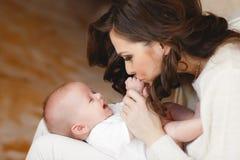 ευτυχής μητέρα μωρών νεογέννητη Στοκ Εικόνες