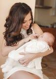 ευτυχής μητέρα μωρών νεογέννητη Στοκ Εικόνα