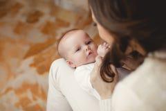 ευτυχής μητέρα μωρών νεογέννητη Στοκ εικόνα με δικαίωμα ελεύθερης χρήσης