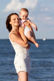 ευτυχής μητέρα μωρών Στοκ εικόνα με δικαίωμα ελεύθερης χρήσης