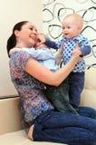 ευτυχής μητέρα παιδιών Στοκ φωτογραφία με δικαίωμα ελεύθερης χρήσης