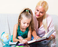 Ευτυχής μητέρα που βοηθά λίγη κόρη Στοκ εικόνες με δικαίωμα ελεύθερης χρήσης