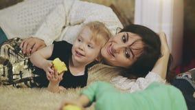 Ευτυχής μητέρα που εναπόκειται στο παιδί της φιλμ μικρού μήκους