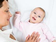 Ευτυχής μητέρα που εξετάζει το νήπιο κοριτσακιών της Στοκ Εικόνες