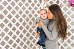 Ευτυχής μητέρα που κρατά το λατρευτό αγοράκι παιδιών Στοκ εικόνα με δικαίωμα ελεύθερης χρήσης