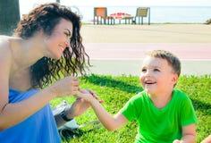 Ευτυχής μητέρα που ο γελώντας γιος της στην παραλία Στοκ φωτογραφία με δικαίωμα ελεύθερης χρήσης