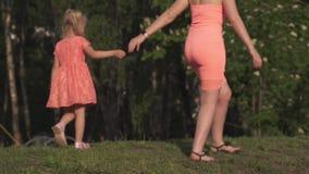 Ευτυχής μητέρα που παίζει με την λίγη κόρη κοριτσάκι και που έχει τη διασκέδαση - νέο καυκάσιο άσπρο mom που φορά το καλοκαίρι φω απόθεμα βίντεο
