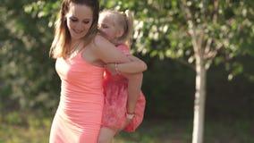 Ευτυχής μητέρα που παίζει με την λίγη κόρη κοριτσάκι και που έχει τη διασκέδαση - νέο καυκάσιο άσπρο mom που φορά το καλοκαίρι φω φιλμ μικρού μήκους