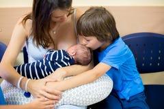 Ευτυχής μητέρα τριών παιδιών, μετά από τη γέννηση στο νοσοκομείο, childre στοκ φωτογραφίες με δικαίωμα ελεύθερης χρήσης