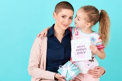 ευτυχής μητέρα s ημέρας Χαριτωμένο μικρό κορίτσι που δίνει mom την κάρτα ημέρας μητέρων και ένα παρόν Έννοια μητέρων και κορών στοκ εικόνες