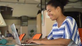 Ευτυχής μικτή δακτυλογράφηση γυναικών φυλών στον υπολογιστή στη θέση εργασίας φιλμ μικρού μήκους