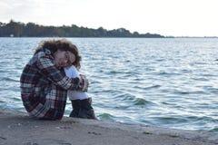 Ευτυχής μοντέρνη χαλάρωση κοριτσιών φθινοπώρου από τη λίμνη Κορίτσι ερωτευμένο Στοκ Εικόνα