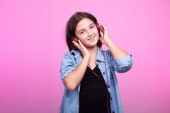 Ευτυχής μουσική ακούσματος παιδιών στα ακουστικά Στοκ Φωτογραφίες