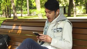 Ευτυχής μουσική ακούσματος σπουδαστών ατόμων απόθεμα βίντεο