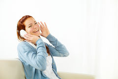 ευτυχής μουσική ακούσματος στις νεολαίες γυναικών στοκ εικόνα με δικαίωμα ελεύθερης χρήσης