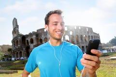 Ευτυχής μουσική ακούσματος Jogger ενάντια σε Colosseum Στοκ Εικόνα