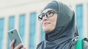 Ευτυχής μουσουλμανική γυναίκα που διαβάζει τις καλές ειδήσεις από το τηλέφωνο για να μπεί στο πανεπιστήμιο φιλμ μικρού μήκους