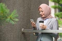 Ευτυχής μουσουλμανική επιχειρησιακή γυναίκα ομορφιάς που παίρνει το σπάσιμο στοκ εικόνα