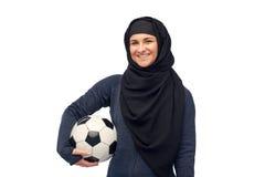Ευτυχής μουσουλμανική γυναίκα στο hijab με το ποδόσφαιρο Στοκ Φωτογραφίες