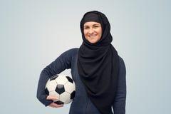 Ευτυχής μουσουλμανική γυναίκα στο hijab με το ποδόσφαιρο Στοκ εικόνα με δικαίωμα ελεύθερης χρήσης