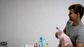 Ευτυχής μπαμπάς και ευτυχές μωρό φιλμ μικρού μήκους