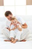 Ευτυχής μπαμπάς και ο γιος του που παίζουν από κοινού
