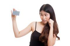 Ευτυχής νέα ασιατική γυναίκα με μια κενή κάρτα Στοκ Εικόνα
