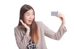 Ευτυχής νέα ασιατική γυναίκα με μια κενή κάρτα Στοκ Εικόνες