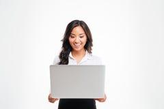 Ευτυχής νέα ασιατική επιχειρηματίας που στέκεται με το lap-top Στοκ φωτογραφία με δικαίωμα ελεύθερης χρήσης