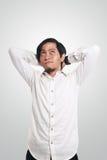 Ευτυχής νέα ασιατική σκέψη επιχειρηματιών στοκ φωτογραφίες