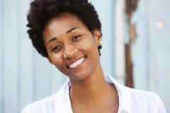 Ευτυχής νέα αφρικανική γυναίκα με το όμορφο χαμόγελο στοκ εικόνες