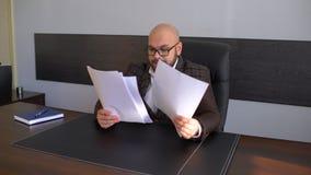 Ευτυχής νέα γραφική εργασία ανάγνωσης επιχειρηματιών στο γραφείο στην αρχή Περιστασιακό άτομο που χαμογελά στην εργασία Νεαρός άν φιλμ μικρού μήκους