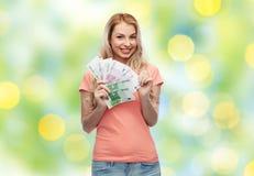 Ευτυχής νέα γυναίκα με τα ευρο- χρήματα μετρητών Στοκ εικόνα με δικαίωμα ελεύθερης χρήσης