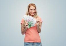 Ευτυχής νέα γυναίκα με τα ευρο- χρήματα μετρητών Στοκ Φωτογραφίες
