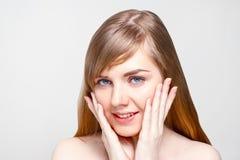eb569c623515 Ευτυχής νέα γυναίκα με τα μάγουλα αφών σύνθεσης στο στούντιο στοκ εικόνες