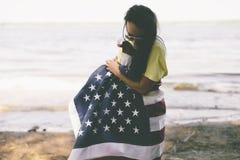 Ευτυχής νέα γυναίκα με την αμερικανική σημαία στοκ εικόνα με δικαίωμα ελεύθερης χρήσης