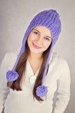 Ευτυχής νέα γυναίκα με το μοντέρνο πορφυρό καπέλο beanie στοκ φωτογραφία