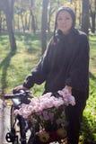Ευτυχής νέα γυναίκα με το ποδήλατο στοκ φωτογραφία με δικαίωμα ελεύθερης χρήσης