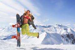 Ευτυχής νέα γυναίκα με το σνόουμπορντ που πηδά χειμερινό sportswear Στοκ φωτογραφίες με δικαίωμα ελεύθερης χρήσης