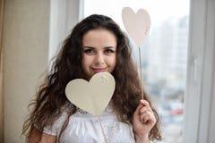 Ευτυχής νέα γυναίκα με το σύμβολο αγάπης καρδιών Στοκ εικόνα με δικαίωμα ελεύθερης χρήσης
