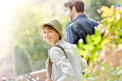 Ευτυχής νέα γυναίκα με το φίλο της που περπατά στο πάρκο στοκ φωτογραφία